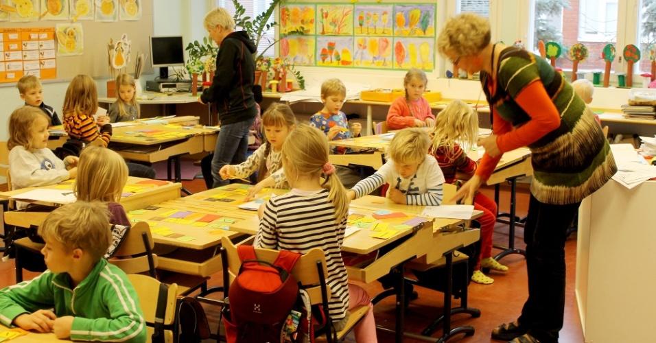 na-sala-acima-as-criancas-estao-sendo-alfabetizadas-no-finlandes-os-alunos-sentam-em-grupos-e-fazem-jogos-com-as-letras-para-formar-palavras-1386370017420_956x500