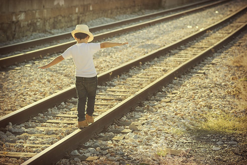 nio en las vas del tren